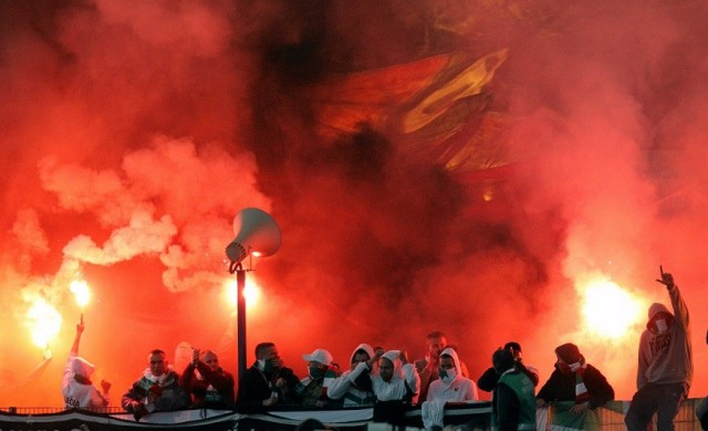 polish-football-hooligans-make-their-presence-felt-legia-warsaw-v-lech-poznan-match-pic-reuters